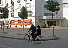 On the Move in a Well-Tried Way (Wolfgang Bazer) Tags: campus anhui medical university grandma grandpa oma opa bicycle bike fahrrad hefei china