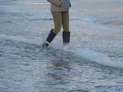 Beach walk in wellies (willi2qwert) Tags: rubberboots rainboots regenstiefel gummistiefel gumboots girl gummistövlar wellies wellingtons women wasser wet water wave watt strand beach
