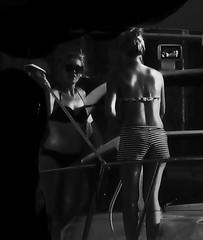 dispute : qui brosse ? qui rince ? (buch.daniele) Tags: danielebuch disputes femmes noiretblanc bateau lavage