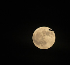 Full Moon fly-by 22 Dec 2018 (Sculptor Lil) Tags: flyby fullmoon moon moonflyby london canon700d
