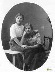 tm_6188 (Tidaholms Museum) Tags: svartvit positiv dekor rekvisita möbel bord stol