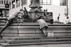 Neuer Markt, Wien (_salanka_) Tags: wien viena austria neuer markt street photography fuji fujifilm xt2 1855 xf black white bw preto e branco vienna österreich peer peering fountain