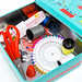 Nahaufnahme Nähutensilien wie Nadeln, Faden, Schere, Maßband und Fingerhut in Nähbox