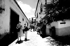 000759 (la_imagen) Tags: portugal óbidos portugalds2018 sw bw blackandwhite siyahbeyaz monochrome street streetandsituation sokak streetlife streetphotography strasenfotografieistkeinverbrechen menschen people insan light shadow licht schatten gölge ışık