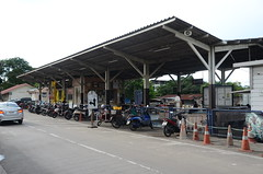 A general view of Thonburi station- no one knew where it was in 2008 (shankar s.) Tags: seasia thailand bangkok krungthepmahanakhon krungthep thonburidistrict thonburirailwaystation thonburitrainstation thonburistation srt staterailwaysofthailand thairailways platform railwaystationplatform shed