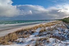ein bisschen schnee (Wunderlich, Olga) Tags: ostsee schaabe mecklenburgvorpommern rügen sand strand wellen himmel wolken blau wald meer strandhafer