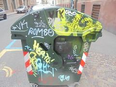 136 (en-ri) Tags: vk dane romeo tag arrow giallo azzurro gunk ohc crew argento cy torino wall muro graffiti writing heato izms