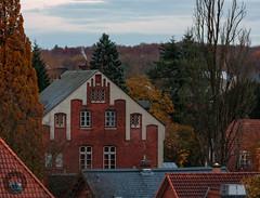 Klosterhof (Fotofabrik Itzehoe) Tags: klosterhof itzehoe kreissteinburg schleswigholstein holsteincenter häuser dächer zoom canon herbst autumn