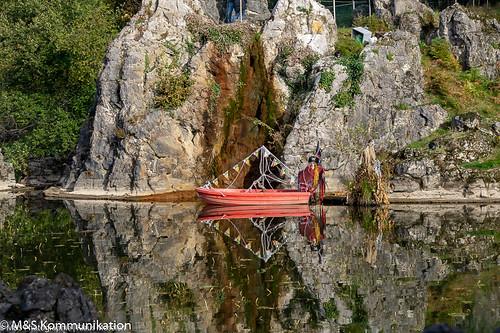 Seelandschaft mit Boot und Reflektion aufgenommen im Biotopwildpark Anholter Schweiz in Niederrhein - Lake landscape with boat and reflection photographed in the biotope game park Anholter Schweiz in Lower Rhine