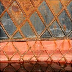 Au port_VGresse (véroniquegresse) Tags: reflet bateau métal rouille géométrie