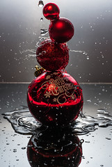 red baubles (englishgolfer) Tags: red fs181209 fotosöndag fotosondag röd christmas baubles nikon d7500 nissin di700a water splash