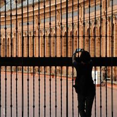 beyond boundaries (gicol) Tags: sevilla siviglia fence ringhiera sbarre fotografa photo turista spain spagna andalucia cellulare movil mobile