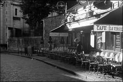 Morning light in Montmartre (madras91) Tags: nb noiretblanc blackandwhite bw monochrome film ilford hp5 summitar5cmf2 summitar leica leicaiiif iiif paris montmartre cityscape backlight