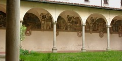 Cloister, Chiesa di Ognissanti, 16thC, Florence (edk7) Tags: nikoncoolpix4500 edk7 2004 italy italia tuscany toscana florence firenze piazzaognissanti chiesadisansalvatorediognissanti chiesadiognissanti ognissanti allsaintschurch 1582 franciscan baroque cloister lifeofstfrancisgiovannidasangiovannifrescocycleearly17thc sculpture stonecarving art fresco painting arch column capital architecture building oldstructure arcade grass plant vegetation