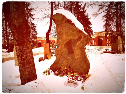 Tumba del poeta turco Nazim Hikmet y Vera Tulyakova en el cementerio de Novodévichi - Moscú - Rusia