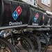 Nahaufnahme Fahrräder des Pizzalieferanten Domino's in Zandvoort, Niederlanden
