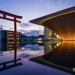 Pritzker Prize Architect Award 2014 winner, Shigeru Ban's latest works. He always challenge new structures by timber. a stirring presentation. A big upside down cone made of timber, got a inspiration from reverse Mt.Fuji. 先日おじゃましました。夕景はこの時期じゃないと撮れないので。 写真で見るよりも超かっこいい。今年は坂さんの建物を見学する機会が多かったのですがここはダントツです。構造的にも面白いし、ミュージアムとしても魅せ方がすごく新しくて、すべてがチャレンジの結晶だと感じました。