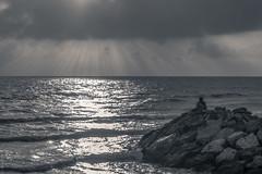 Y no amanece (*Nenuco) Tags: amanecer sunset playa roca stone valencia spain sun man nikon d5300 tamron 70300 jesúsmr clouds bn black white bw