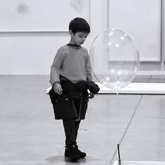Léger comme l'enfance (_ Adèle _) Tags: paris palaisdetokyo expositio onair tomassaraceno enfant ballon légernoiretblanc nb blackandwhite bw monochrome