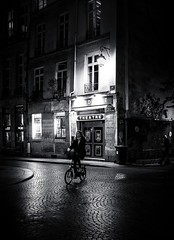 Paris à bicyclette (christiandumont) Tags: monochrome streetphotography streetphoto streetlife street blackandwhite blackwhite noiretblanc bw nb night nuit paris ruedeparis x100f fufifilm