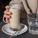 Eine Frau trinkt einen Latte Macchiatto in einem Cafe in Rom thumbnail