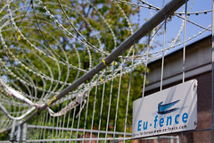 EU-fences (Rasande Tyskar) Tags: text public öffentlich schild schilder streetshot hamburg stacheldraht eu zaun fence fences barbed wire nato draht