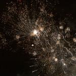 Silvesterraketen beleuchten den zu Neujahr den Himmel über Bloemendaal in den Niederlanden thumbnail