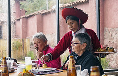 18 3166 - Pérou, restaurant communautaire (Jean-Pierre Ossorio) Tags: pérou pisac restaurant restauration costume chapeau randonneur