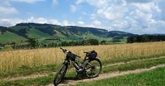 DSC05628 (ursrüegsegger) Tags: linden juli august getreideernte bauernhöfe landschaft regenbogen