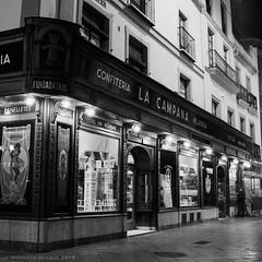 La Campana (ralcains) Tags: spain españa sevilla seville siviglia andalousia andalucia andalusia analogue analogica argentica argentique bw blackwhite blancoynegro schwarzweis noiretblanc monochrome monocromo monochromatic monocromatico hasselblad hasselblad500cm zeiss carlzeiss planar 80mm rollei retro80s street streetphotography calle fotografiadecalle ngc nightphotography nocturna fotografíanocturna