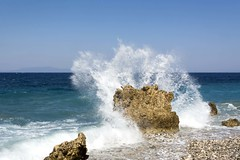Vagues se brisant sur un rocher de la plage de Tsamadou (voyagesphotos) Tags: europe greece grèce landscape paysage dodécanèse dodecanese island île samos plage beach mer sea eau water vague wave
