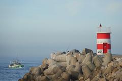 Retour de pêche (hans pohl) Tags: portugal nazaré centre atlantique océan phares lighthouse bateaux ships paysages landscapes