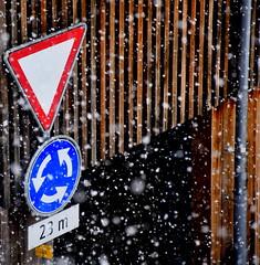 Ein bisschen Winter in Uster (Sepp Vogel) Tags: winter schnee verkehr kreisverkehr kreisel vortritt holz roadtraffic circulaciónvial wood madera snow switzerland nieve suiza