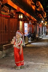 Lijiang, photo shooting (blauepics) Tags: china chinese chinesisch yunnan province provinz lijiang city stadt naxi minority minderheit unesco world heritage site weltkulturerbe night nacht woman frau attractive attraktiv schön beautiful portrait porträt red rot costume tracht