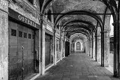 Sotoportegi di Venezia (Jean-Jacques Michelet - Gi2.ch) Tags: venise venezia italie tourists blackandwhite street photography fuji fujifilm xe2 xf16 noiretblanc art 2018 perfect monochrome contrasted urban bw old
