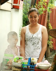 pretty woman at the noodle vendors cart (the foreign photographer - ฝรั่งถ่) Tags: pretty woman young noodle vendor smoke steam khlong thanon portraits bangkhen bangkok thailand canon