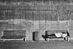 Die schlafende Frau (Deinert-Photography) Tags: frau cityschlachte deutschland streetfotografie fujifilm23mmf14 schwarzweis bremen blackwhite street fujifilmxt3 schwarzweiss citylife fuji hb hansestadt streetart streetphoto streetphotography ubanphotography urban woman xt3