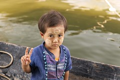 Peace child - Inle Lake (Captures.ch) Tags: clear klar burma birma inle myanmar shan aufnahme capture day tag morgen morning water wasser see river lake fluss frau woman girl mädchen