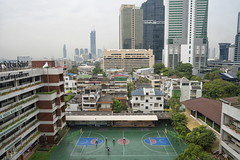 bangkok (Roberto.Trombetta) Tags: asia thailand bangkok garden landscape view sonyalpha sony7rii sony7rm2 batis225 carlzeiss zeiss carl sony alpha 7rii lenses tree people lifestyle road skyscraper quartier playing shopping centre park roof top rooftop panorama from above beautiful thai stunning skyline sunset pollution traffic smog playground basket ball basketball children school play sathon sathorn bangrak