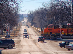 Train crossing K-177 in Strong City, 5 Jan 2019 (photography.by.ROEVER) Tags: kansas chasecounty strongcity train bnsf railroad highway road k177 highway177 crossing flinthills january 2019 january2019 roadtrip usa