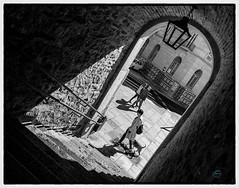 Pasos cruzados (Sergio Nevado) Tags: foto callejera street photography blanco negro black white blancoynegro blackandwhite chica girl mujer woman ciudad city vitoria gasteiz alava araba pais vasco euskadi