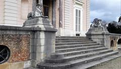 Balade au Parc de Bagatelle, Paris 16ème (Sokleine) Tags: escaliers stairs marches steps château castle bagatelle boisdeboulogne paris 75016 neuillysurseine 92 iledefrance france frenchheritage patrimoine monumenthistorique sphynx two deux