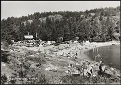 Postkort fra Agder (Avtrykket) Tags: strand badende bil båt flagg hus postkort sjø sommer strandliv grimstad austagder norway nor