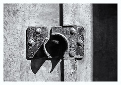 Pentax Auto 110 (1978) (Black and White Fine Art) Tags: pentaxauto1101978 pentax11024mmf28 pentaxmini pentax aristaedu100 110format formato110 smallformat formatopequeño sanjuan oldsanjuan viejosanjuan puertorico bn bw textura texture sombra shadow light luz