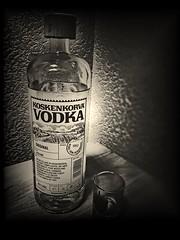 Anglų lietuvių žodynas. Žodis alcoholic reiškia 1. a spirito, spiritinis; 2. n alkoholikas, girtuoklis lietuviškai.