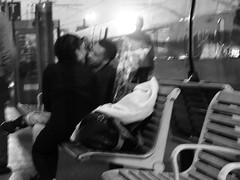 sur le quai de la gare (Mick Porez) Tags: couple amoureux gare quaidegare bouquet fleurs bisou baiser