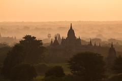 Lever du soleil sur Bagan (Seb & Jen) Tags: bagan myanmar burma birmanie mandalayregion myanmarbirmanie oldbagan nyaungu royaumedepagan temple pagoda pagode bulethi sunrise lever soleil
