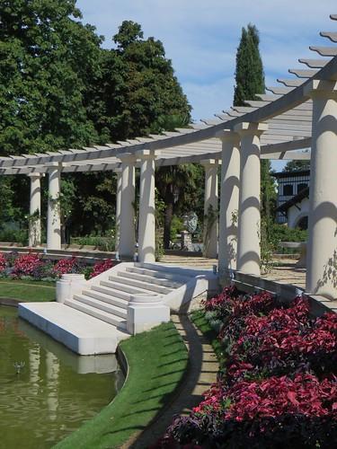 Dans le jardin, la pergola, villa Arnaga (1903-1906), Cambo-les-Bains, Labourd, Pays basque, Pyrénées Atlantiques, Aquitaine, France.