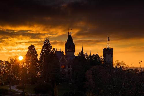 Schloss Drachenburg vor untergehender Sonne