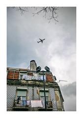 Prazeres, Lisboa (Sr. Cordeiro) Tags: prazeres lisboa lisbon portugal céu sky avião plane nuvens clouds casa house estendal clothesline sony rx100 mkii mk2 rx100ii m2